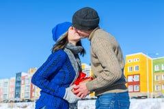 L'homme donne son cadeau de surprise d'amie pour des vacances et un kisse Image libre de droits
