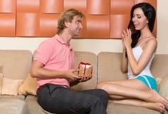 L'homme donne un cadeau à une femme photographie stock libre de droits