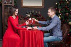 L'homme donne un cadeau attrayant à la belle femme Photographie stock