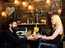 L'homme donnent à l'ours de nounours de dame comme cadeau sur l'anniversaire Concept d'anniversaire Les couples dans l'amour sur  Photo stock