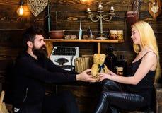 L'homme donnent à l'ours de nounours de dame comme cadeau sur l'anniversaire Concept d'anniversaire Les couples passent la soirée Photo libre de droits