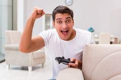 L'homme dépendant aux jeux d'ordinateur Photo libre de droits