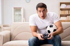 L'homme dépendant aux jeux d'ordinateur Image libre de droits