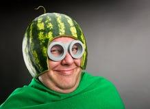 L'homme drôle avec le casque de pastèque et google Images libres de droits
