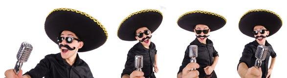 L'homme drôle utilisant le chapeau mexicain de sombrero d'isolement sur le blanc Images stock
