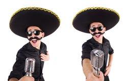 L'homme drôle utilisant le chapeau mexicain de sombrero d'isolement sur le blanc Images libres de droits