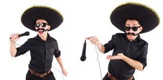 L'homme drôle utilisant le chapeau mexicain de sombrero d'isolement sur le blanc Image stock