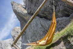 L'homme détend dans l'hamac Photo libre de droits