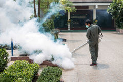 L'homme embrumant pour éliminer le moustique Photographie stock