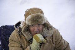 L'homme a empaqueté dans le sous-marin le temps nul d'hiver image libre de droits