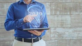 L'homme emploie l'hologramme avec le texte 2019 banque de vidéos
