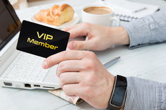 L'homme emploie la carte de membre de VIP Photos libres de droits