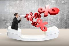 L'homme employant l'orateur hurlant du pourcentage marque la pulvérisation  Image libre de droits