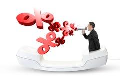 L'homme employant l'orateur hurlant du pourcentage marque la pulvérisation  Photo stock