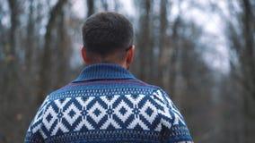 L'homme en verres marche par la forêt d'automne et fait la photo par le smartphone banque de vidéos