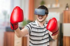 L'homme enferme dans une boîte en jeu vidéo de la réalité virtuelle 3D avec le casque de vr Photographie stock libre de droits