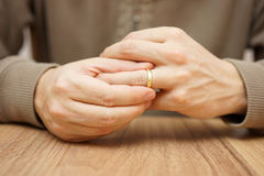 L'homme enlève l'anneau de mariage Images libres de droits