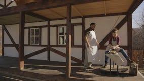 L'homme enseigne la femme à sculpter en argile travaux à la machine pour le métier banque de vidéos