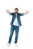 L'homme enthousiaste avec redressent des mains tout en regardant l'appareil-photo Image stock