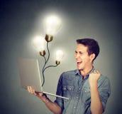 L'homme enthousiaste réussissent en monde en ligne images stock