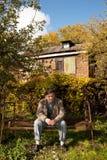 L'homme entre deux âges sérieux s'asseyent sur le vieux bâti rouillé photos libres de droits
