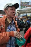 L'homme essaye au coca sur un marché en plein air Photos stock