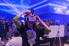 L'homme essaye le casque de la vitesse VR de Samsung de réalité virtuelle Images stock