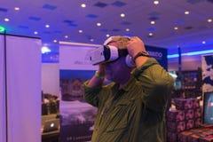 L'homme essaye le casque de la vitesse VR de Samsung de réalité virtuelle Image libre de droits