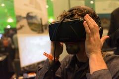 L'homme essaye le casque de réalité virtuelle Photographie stock libre de droits