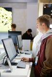 L'homme essaye nouveau tous dans un ordinateur d'atterrisseur à CES 2014 photos libres de droits
