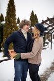 L'homme est boîte de peaux derrière le sien de retour et allant donner à sa femme un présent le jour du ` s de Valentine, le Noël Images stock