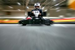 L'homme est dans le kart sur la voie karting photographie stock libre de droits
