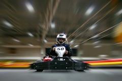 L'homme est dans le kart sur la voie karting photos stock