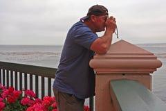 L'homme est enclenché la photo de l'océan images stock
