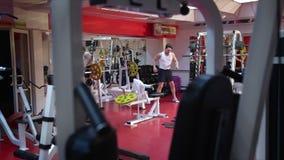L'homme est engagé dans une salle de gymnastique