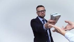 L'homme est forcé de donner son argent à une autre personne Mouvement lent banque de vidéos