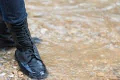 L'homme est hausse extérieure avec le voyage de mode de vie de concept de rivière Image libre de droits