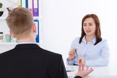L'homme est interviewé au fond de bureau La femme d'affaires et l'homme d'affaires ont la réunion et la conversation Copiez l'esp Photos stock