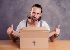 L'homme est mécontentement avec sa livraison photos stock