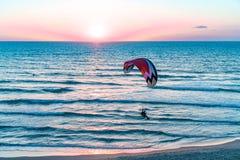 L'homme est parachute ascensionnel Photographie stock