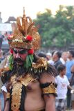 L'homme est peint et dans le costume traditionnel chez Bali Photo stock