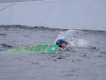L'homme est tombé dans l'eau tandis qu'embarquement de sillage photographie stock libre de droits