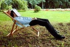 L'homme est tombé endormi en parc Photo libre de droits