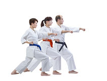 L'homme et deux femmes dans le karategi battent le bras de poinçon Image libre de droits