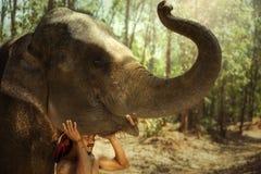 L'homme et l'éléphant de Mahout de la Thaïlande est la vie des personnes de kui dans le surin Photographie stock