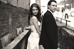 L'homme et la dame regardent au-dessus de leurs épaules sur le pont Images stock