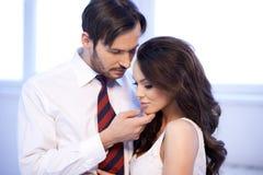 L'homme et la femme affectueux partagent un moment tendre Photographie stock