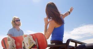 L'homme et la femme avec le sable embarquent parler entre eux 4k clips vidéos