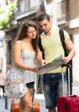 L'homme et la femme avec une ville tracent dans des mains Photos libres de droits