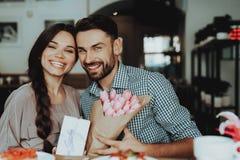 L'homme et la femme célèbrent le 8 mars ensemble Cadeau le 8 mars Temps romantique avec la famille Les femmes de bonheur et d'amo image libre de droits